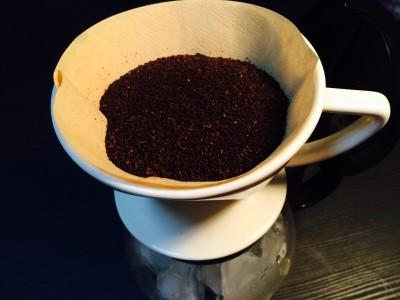 コーヒー粉をドリッパーに