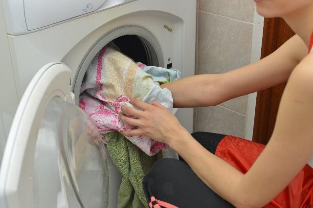洗濯機の中に汚れた衣類を溜めている