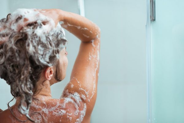 ❷髪を洗う時はぬるま湯で